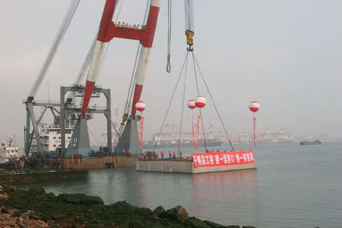 码头建设工程是青岛港打造东北亚国际航运中心的重点工程,于