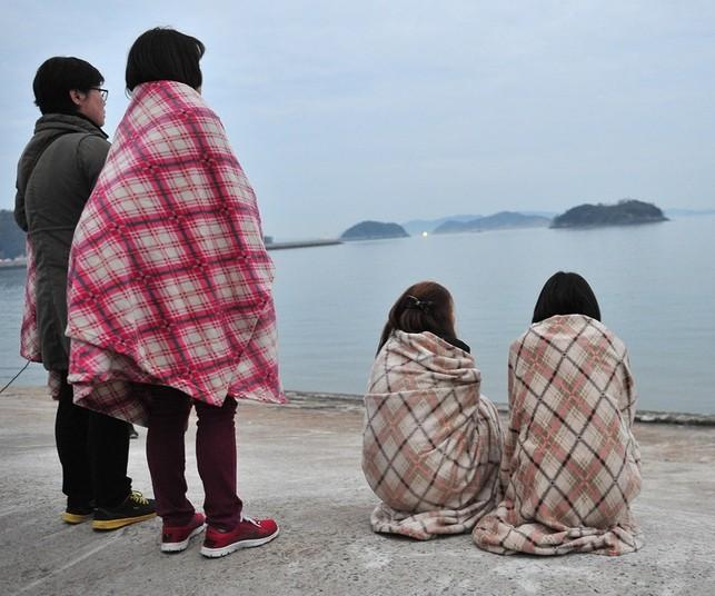 韩国客轮沉没失踪者家属彻夜等待(图)