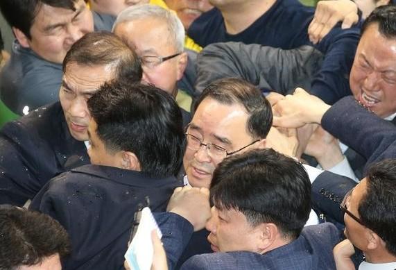 韩国总理慰问倾覆客轮乘客家属遭辱骂泼水