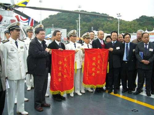 香港航运界慰问亚丁湾护航海军,赠送锦旗(图)