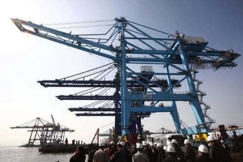 图:振华港机四台岸吊准备装船送海外买家(新华社)
