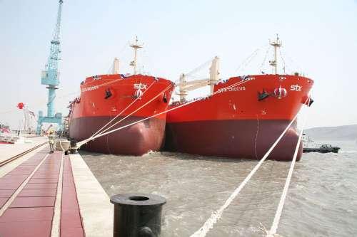 货船在大连长兴岛交付