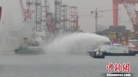 救助船艇现场喷洒消防水对船体进行降温作业 徐大维 摄