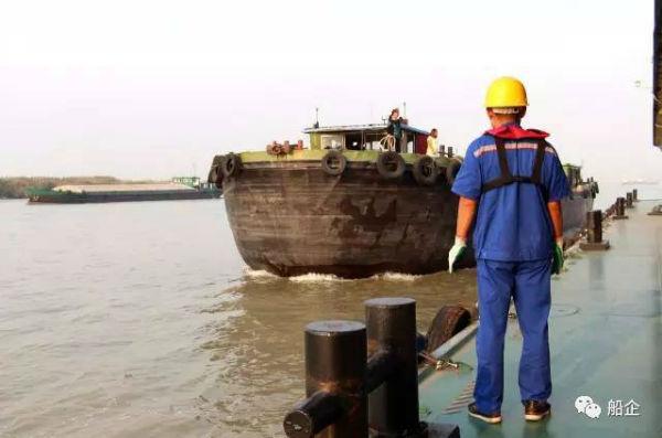 《大气污染防治法》规定长江内河船舶及江海直达船舶等需使用符合gb