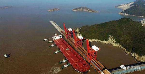 历史一刻!我国首艘两万吨级江海直达船通过南京长江大桥!