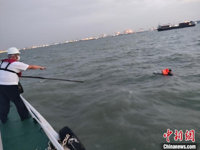 广州海事部门在珠江口紧急救起一跳海轻生船员