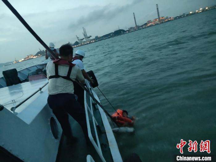广州海事部门在珠江口紧急救起一跳海轻生船员 康君 摄